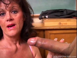 Gorgeous mature gives sloppy blowjob lesson